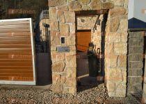 vstupní portál z kamene